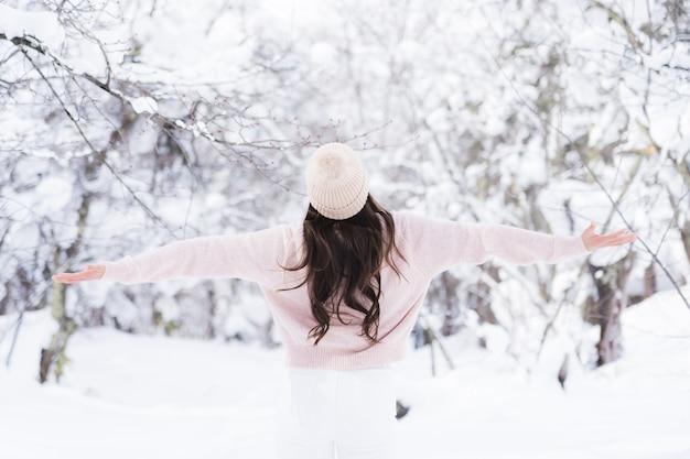 Ritratto giovane bella donna asiatica sorriso felice viaggio e godere con la stagione invernale della neve Foto Gratuite
