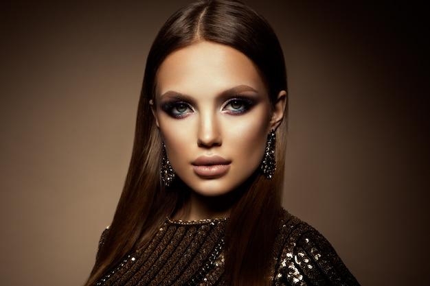 Ritratto glamour del modello bella donna con il trucco fresco e acconciatura romantica. Foto Premium