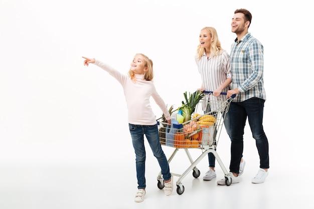 Ritratto integrale di giovane camminata della famiglia Foto Gratuite