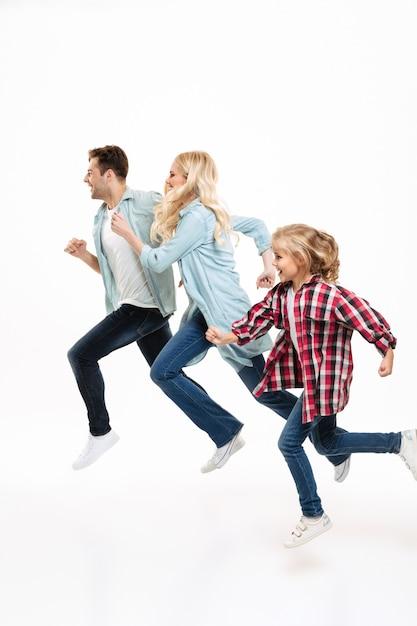 Ritratto integrale di una bella giovane famiglia in esecuzione Foto Gratuite