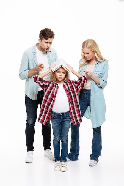 Ritratto integrale di una famiglia che ha e discussione Foto Gratuite