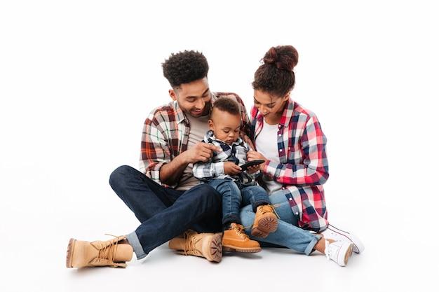 Ritratto integrale di una giovane famiglia africana allegra Foto Gratuite