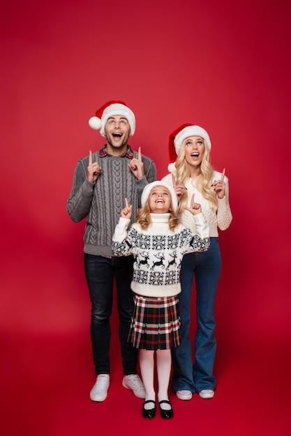Ritratto integrale di una giovane famiglia eccitata Foto Gratuite