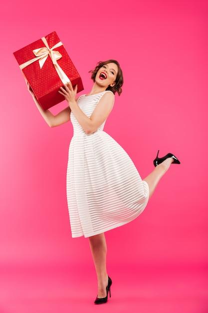 Ritratto integrale di una ragazza allegra vestita in abito Foto Gratuite