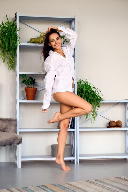 Ritratto molle del fuoco di una ragazza divertendosi e sentendosi felice in salone Foto Premium