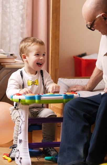Ritratto schietto di un bel bambino che ride Foto Premium