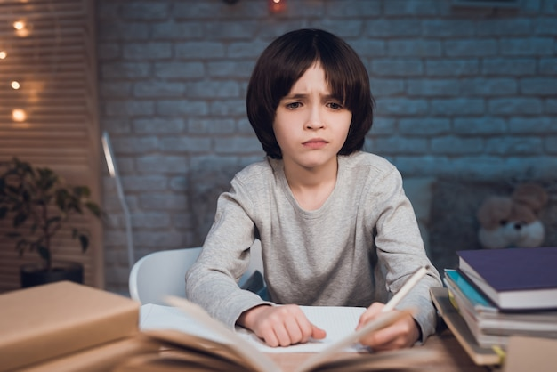 Ritratto scolaro estremamente stanco che fa i compiti Foto Premium