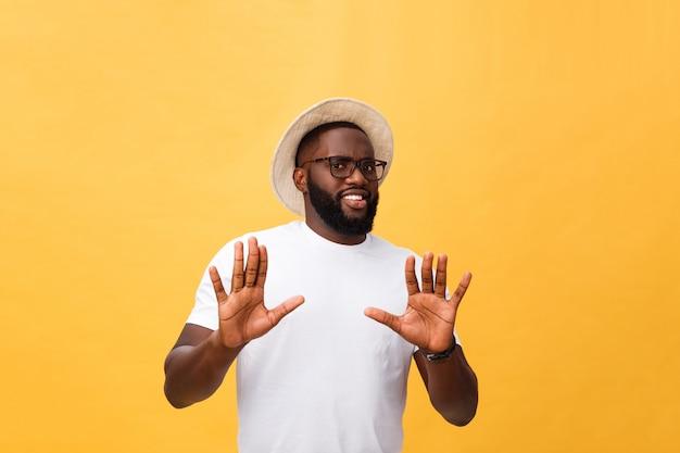 Ritratto shockato e irritato giovane scontento che alza le mani per dire no stop proprio lì Foto Premium