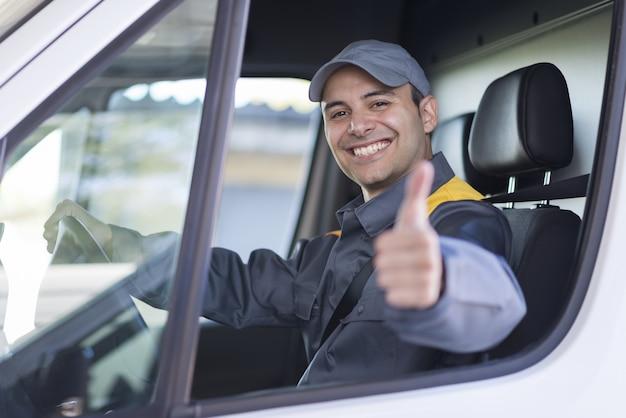 Ritratto sorridente dell'autista di furgone Foto Premium