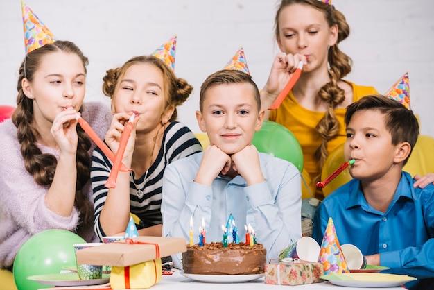 Ritratto sorridente di un adolescente che celebra il suo compleanno Foto Gratuite