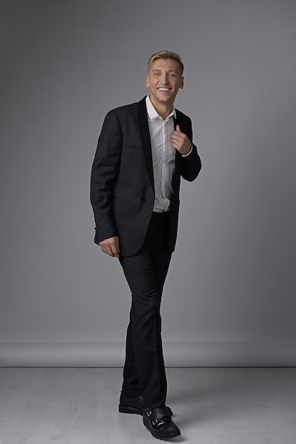 Ritratto uomo integrale in abbigliamento formale Foto Gratuite