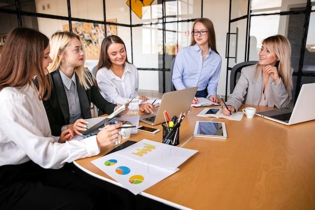 Riunione d'affari con il team femminile Foto Gratuite