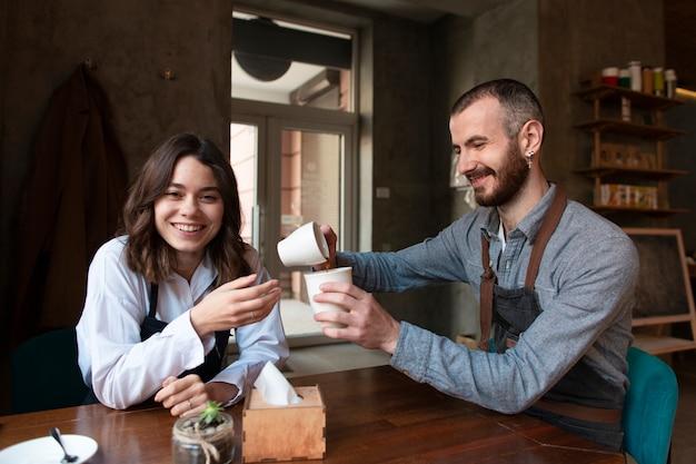 Riunione d'affari di vista frontale con il caffè Foto Gratuite