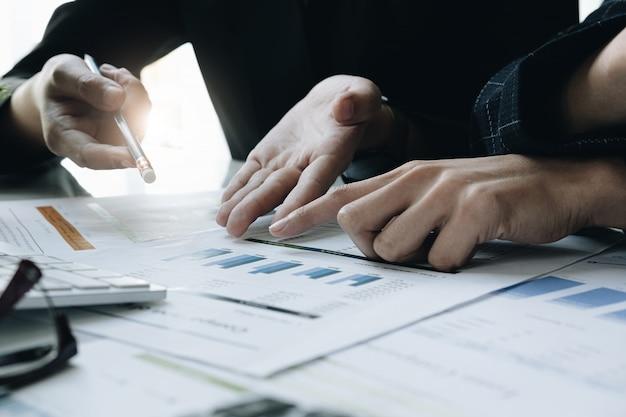 Riunione del consulente aziendale asiatico per analizzare e discutere la situazione Foto Premium