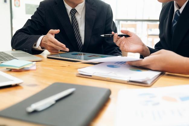 Riunione del lavoro di squadra degli uomini d'affari per discutere dell'investimento. Foto Premium
