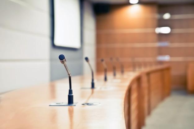 Riunione del microfono sul tavolo nella sala riunioni. Foto Premium