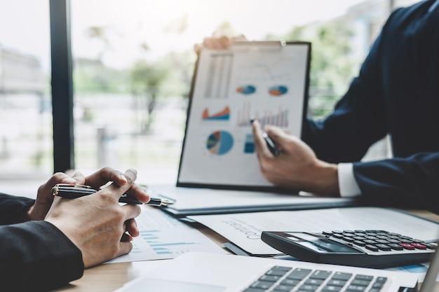 Riunione del responsabile finanziario che discute le statistiche finanziarie di successo di progetto di crescita della società Foto Premium