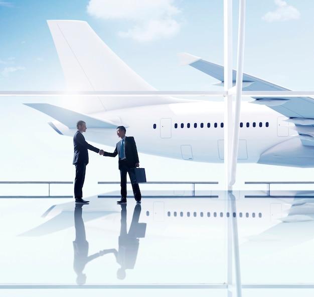 Riunione dell'aeroporto della stretta di mano degli uomini d'affari occidentali ed asiatici Foto Gratuite