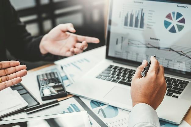 Riunione della consulenza aziendale di lavoro e di brainstorming di nuove finanze di progetto di affari Foto Premium