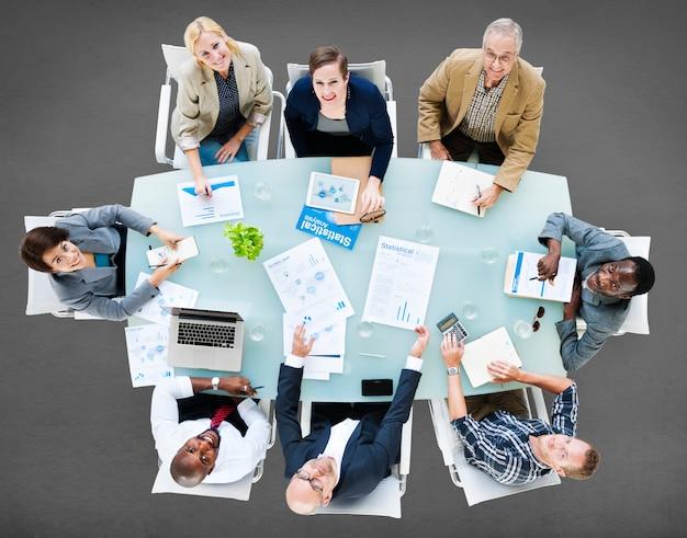 Riunione di discussione del gruppo di affari che analizza concetto Foto Premium
