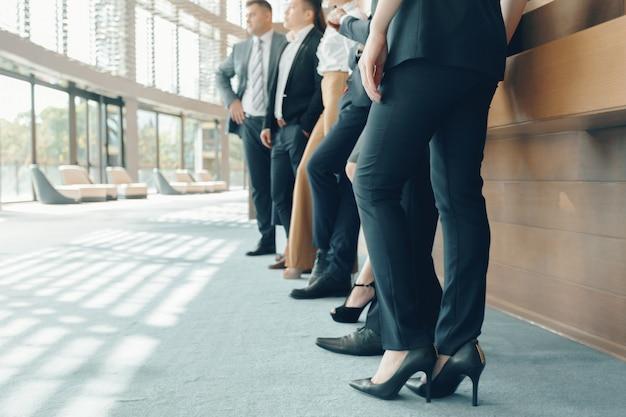 Riuscita squadra di giovani uomini d'affari in prospettiva in ufficio Foto Premium