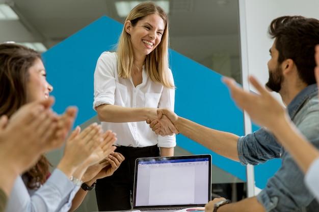 Riuscite giovani persone di affari che si incontrano nell'ufficio moderno Foto Premium