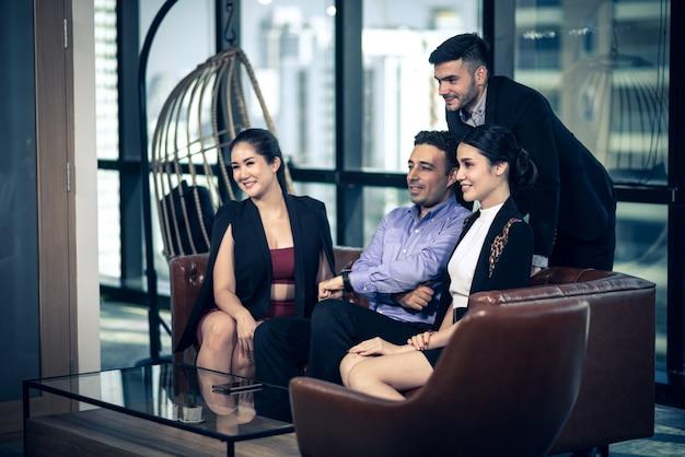 Riuscito gruppo di lavoro che celebra nella sala riunioni Foto Premium