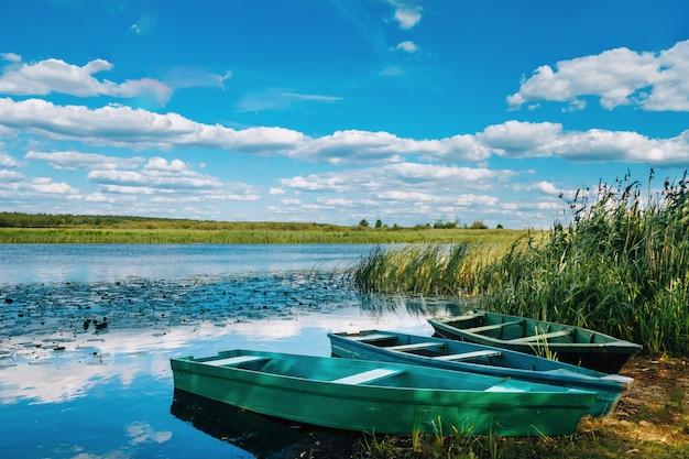 Riva del fiume dove sono le barche Foto Premium