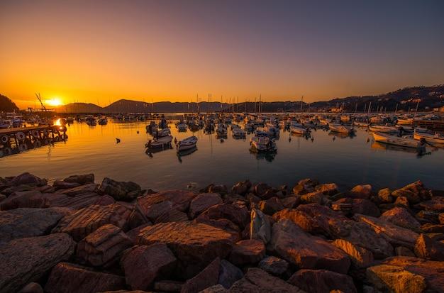 Riviera italiana marina al tramonto Foto Gratuite