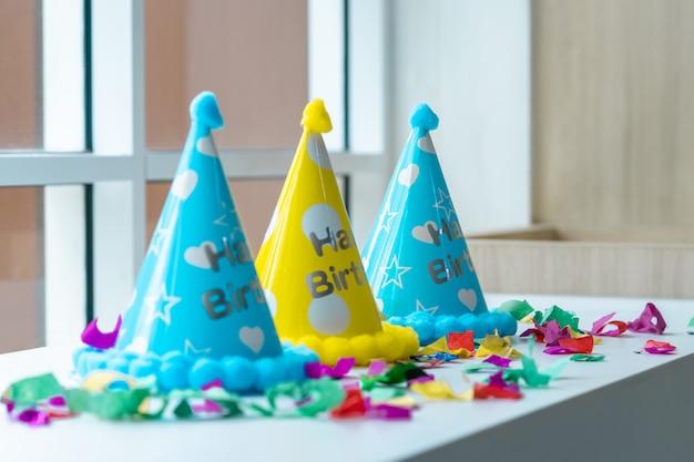 Roba di festa di compleanno per bambini allestita per lo spazio della copia Foto Premium