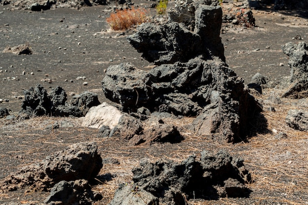 Rocce vulcaniche su terreno vuoto Foto Gratuite