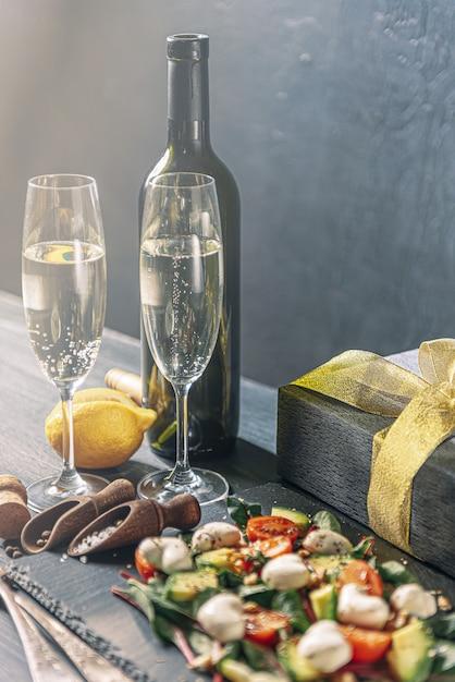 Romantica cena vegetariana per due il giorno di san valentino con champagne e insalata Foto Premium