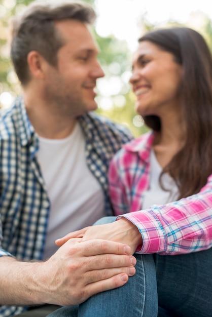 Romantica coppia felice ubicazione insieme e tenendo la mano nel parco Foto Gratuite