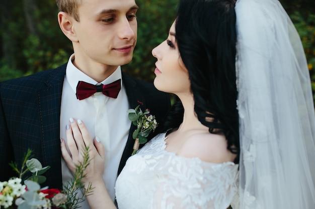 Romantico giovane coppia di nozze nella foresta Foto Gratuite