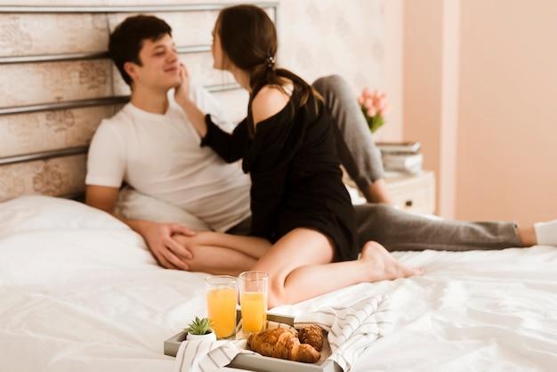 Romantico giovane uomo e donna insieme a letto Foto Gratuite