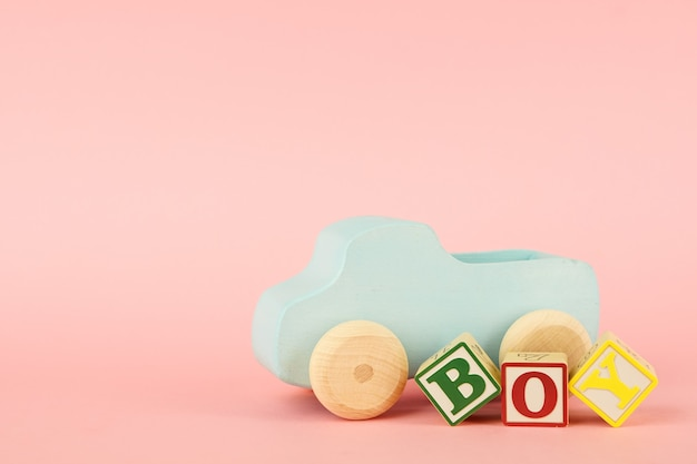Rosa con cubi colorati con lettere ragazzo e macchinina Foto Premium