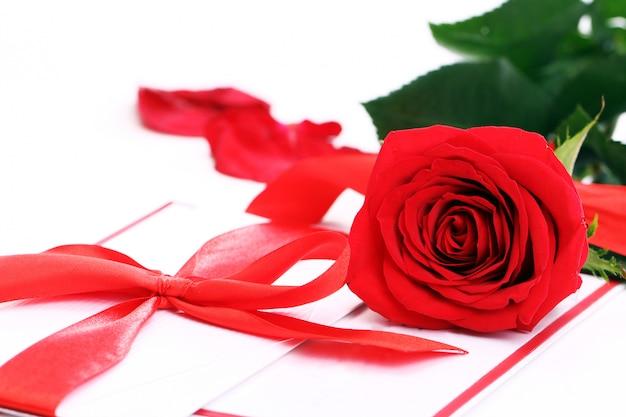 Rosa rossa e busta per le vacanze Foto Gratuite