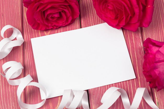 Rosa rossa e carta regalo vuota per il testo Foto Premium