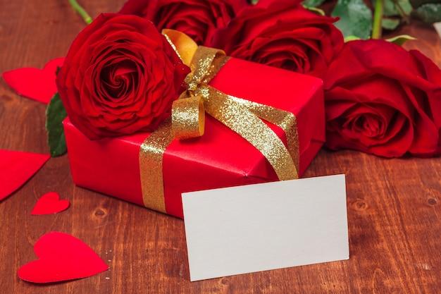 Rosa rossa e carta regalo vuota Foto Premium