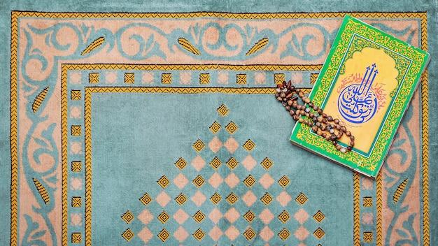 Rosario e tappetino da preghiera per musulmani Foto Premium
