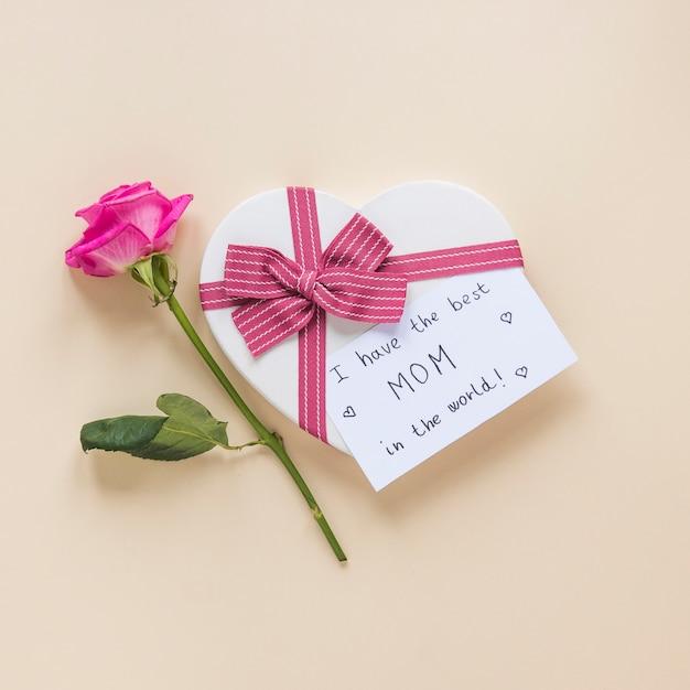 Rose con scatola regalo e ho la migliore iscrizione mamma del mondo Foto Gratuite