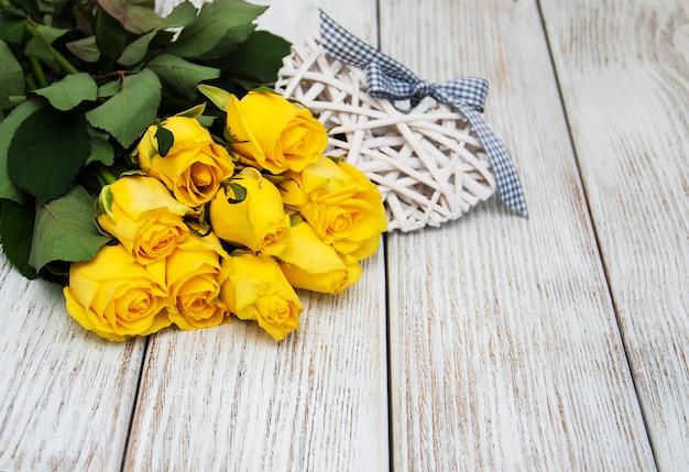 Rose gialle su un tavolo Foto Premium