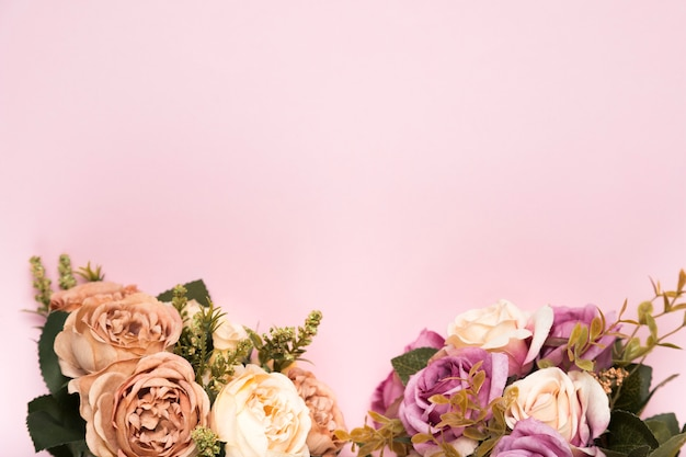 Rose in fiore con copia-spazio Foto Gratuite
