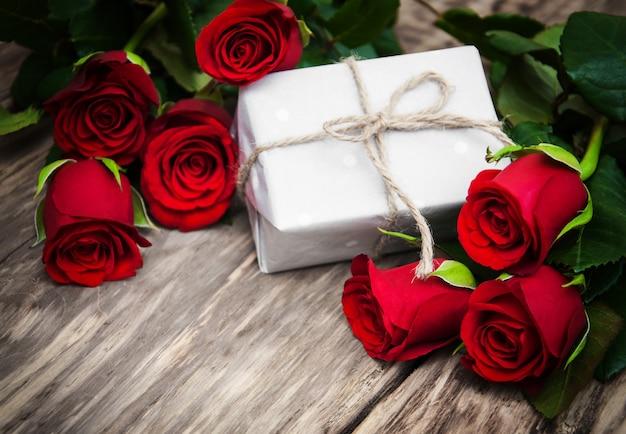 Rose rosse e scatola regalo Foto Premium
