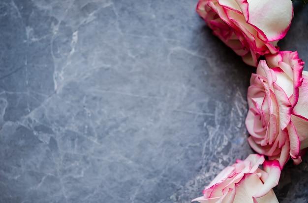 Rose su fondo di marmo scuro Foto Premium