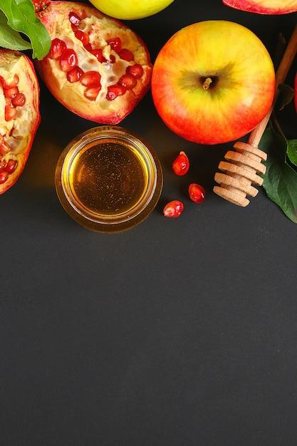 Rosh hashanah ebraica concetto di vacanza di capodanno. tradizionale. mele, miele, melograno Foto Premium