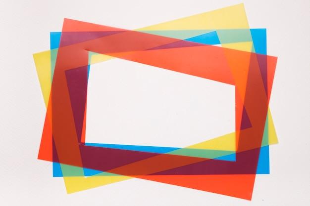 Rosso colorato; cornice bordo inclinazione giallo e blu su sfondo bianco Foto Gratuite