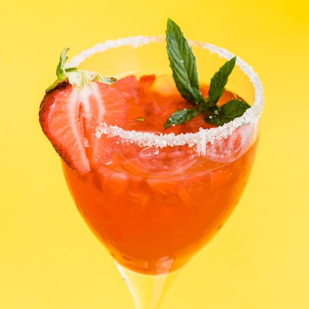 Rosso gustoso cocktail rinfrescante con fragole, menta, ghiaccio e zucchero Foto Gratuite