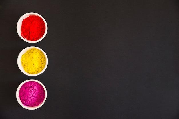 Rosso Polvere Di Colore Giallo E Rosa Holi Nella Ciotola Bianca Su