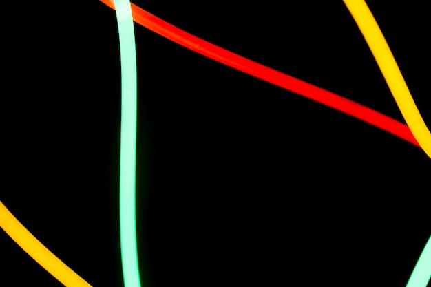 Rosso Tubi Al Neon Giallo E Verde Su Sfondo Nero Scaricare Foto
